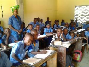 Bambini in classe con insegnante