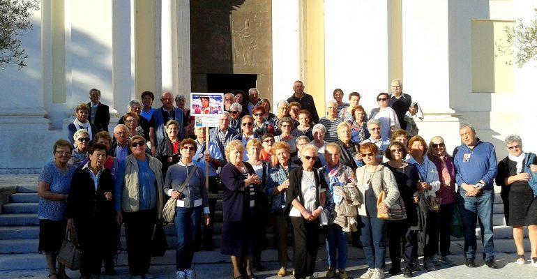 Pellegrini davanti al Duomo di Pescantina